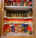 Fűszertároló polcrendszer - Vége a szekrényben uralkodó rendetlenségnek!